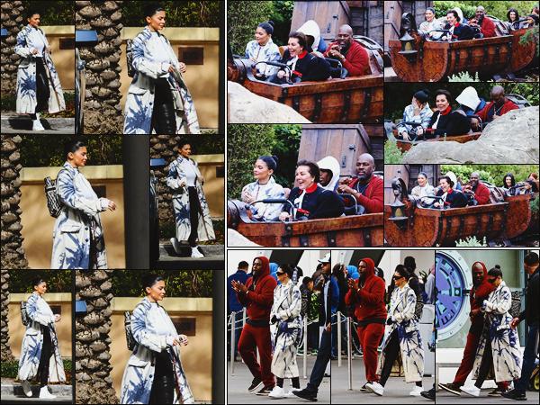 - -► 22/01/20-' : Petite sortie familiale en perspective, Kylie J. passait la journée au Walt Disney World Resort à Orlando.    Miss K.Jenner était, entre autres, accompagnée de sa mère Kris Jenner mais aussi de sa grande soeur Kourtney Kardashian. Tenue assez décontractée ! -