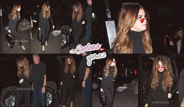 -   02/06/2016 : Selena a été vu arrivant à New York après le concert à Brooklyn. Plus -C'est encore un candid que nous offre notre belle brune. J'adore son style sur ces photos, ça lui va très bien. - Vos avis?   -
