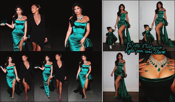 - -► 26/12/19-' : Kylie Jenner, rayonnante, se rendait à une Christmas Party dans la belle ville de Los Angeles - Californie.    L'influenceuse américaine était tout simplement sublime dans sa longue robe verte émeraude ! Accordée avec Stormi W., mère et fille étaient adorables. -