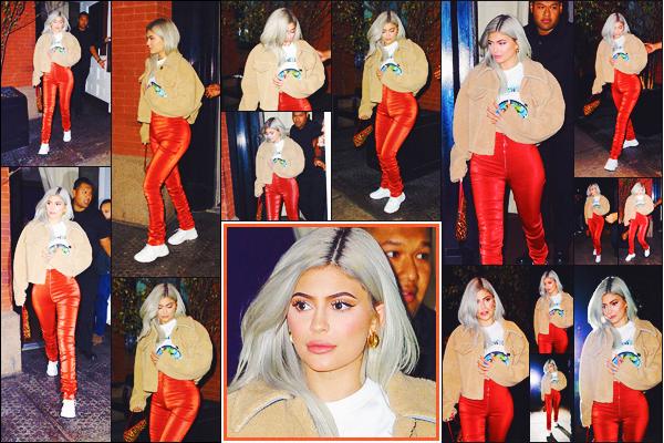 . ♦♦ 27 novembre 2018 : Kylie J. a été photographiée en sortant d'un concert de Travis Scott son petit-ami, à New York, NY. .
