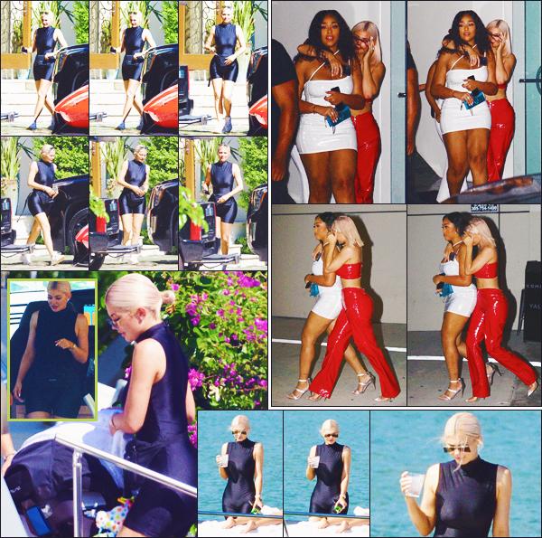 . ♦♦ 01 octobre 2018 : Kylie a été photographiée sur un yacht puis quittant un night-club avec Jordyn Woods, à Miami, FL. .