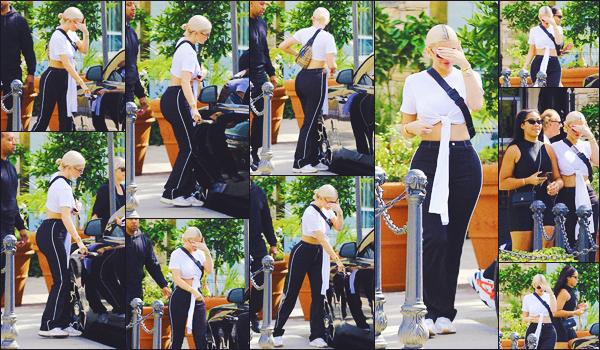 . ♦♦ 07 octobre 2018 : Kylie a été photographiée, se cachant, alors qu'elle sortait d'un bâtiment qui se situait à Los Angeles. .