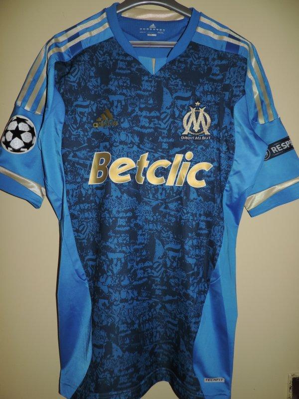 """Maillot """"TECHFIT"""" porté par Stéphane M'BIA lors de la saison Européenne 2011-2012 de l'Olympique de Marseille ."""