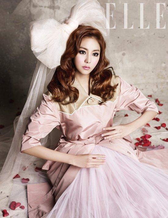 Uee transforme en une belle Barbie doll, comme pour l'édition des prochaines années du magazine Elle, absolue superbe!