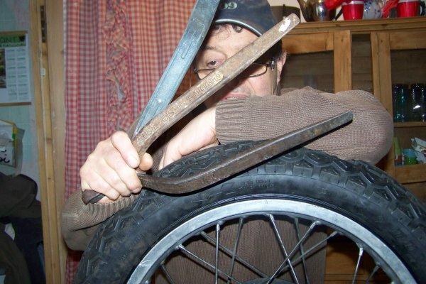 Montage du pneu arriére :   Les boules !