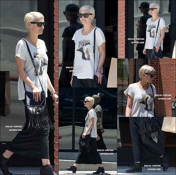 . 10/08/11 : Ashlee, bien décidée à nous faire un gros flop, était de sortie dans Los Angeles pour faire des courses.  .