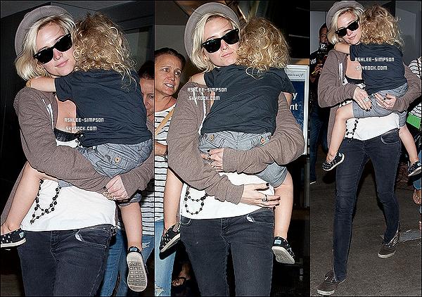 27/07/12 :   Ashlee Simpson était à LAX dans la nuit du vendredi, avec son fils Bronx Mowgli dans ses bras.