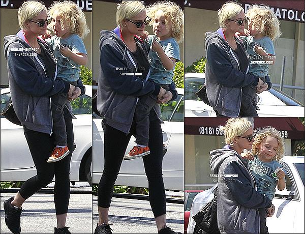 .  17/04/2012 : Ashlee quittant le dermathologue à Studio City avec Bronx Mowgli dans les bras.   .