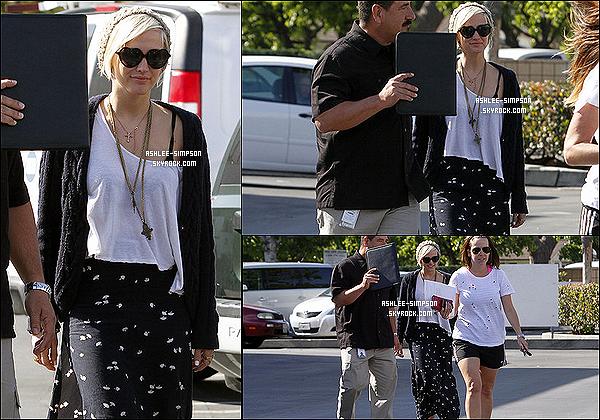 .  04/04/2012 : Ashlee a été aperçue de sortie à Van Nuys, en Californie, avec des amis. .