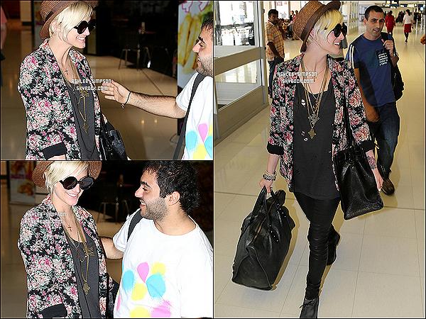 .  01/04/2012 : Ashlee Simpson a été aperçue, très souriante à l'aeroport international de Sydney.    .