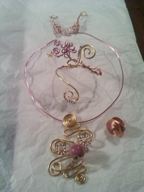 parure rose et or ornée de perles de rocailles 7