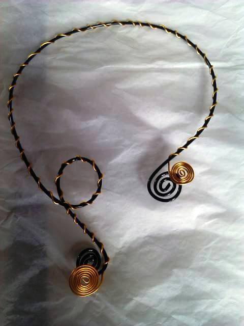 collier noir et doré en spiral