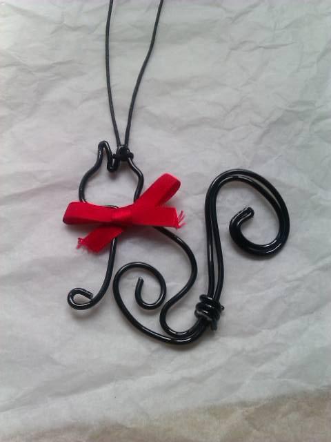 pendentif chat noir et son p'tit ruban rouge