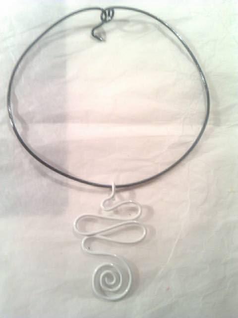 collier noir et blanc 9