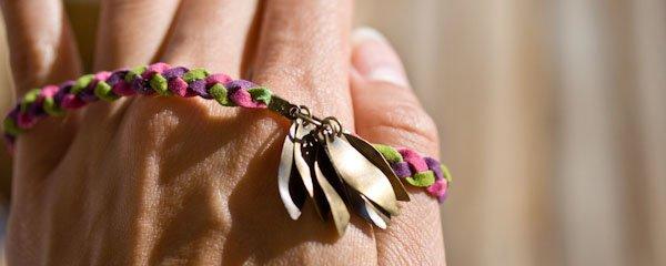 Bracelet, sur commande les couleur peuvent être différente, et les breloques peuvent être changées aussi. 3,50