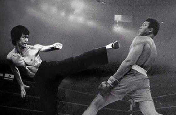 """""""Bruce Lee"""" a été très impressionné par """"Mohammed on Clay"""" et la boxe en général et a enregistré des cassettes pour la plupart de ses jeux et a regardé plus d'une fois et examine soigneusement ses mouvements"""