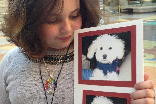 Une fillette poursuit l'ex-copain de sa mère pour son chien