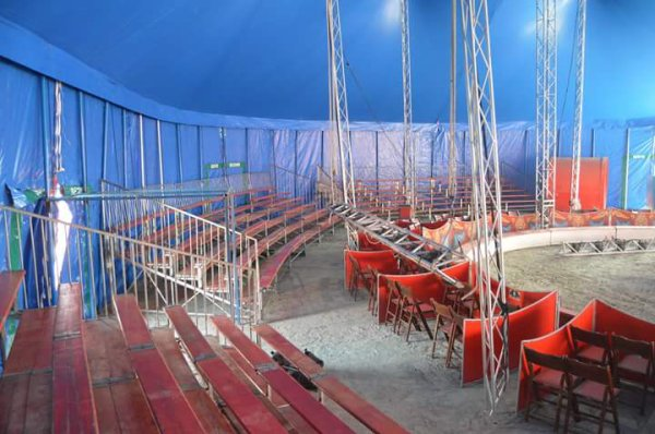 """Les installations du cirque """"Nicolas et Sebastien"""" ZAVATTA de la famille Douchet à St Gilles sont a decouvrir avec le nouveau chapiteau du cirque Sebastien ZAVATTA"""
