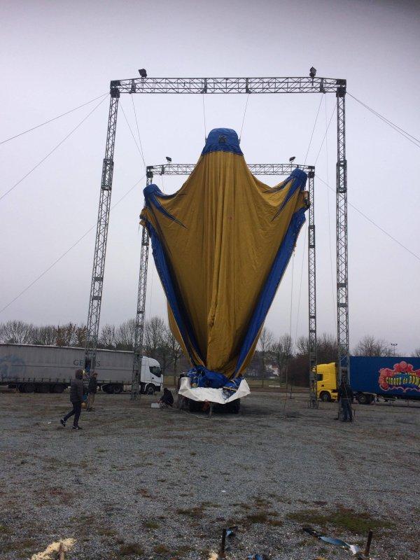 Le montage du grand chapiteau du curque de rome au parc for Parc des expositions niort