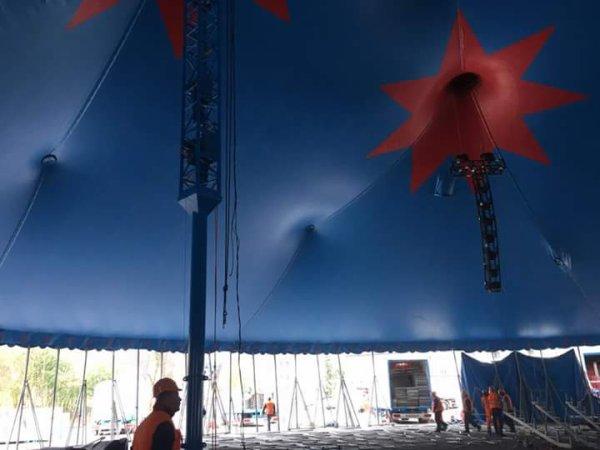 Montage d'une arche sur le chapiteau qui garde la même toile qu'avant du cirque KNIE, ont peut voir que deux mats servent au chapiteau dans la participation du levage de l'ârche. L'ârche remplace des deux mats du devant du chapiteau!!!