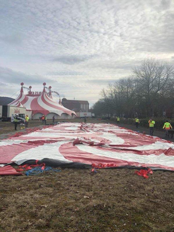 Nouvelles tentes écurie du cirque allemand Charles knie