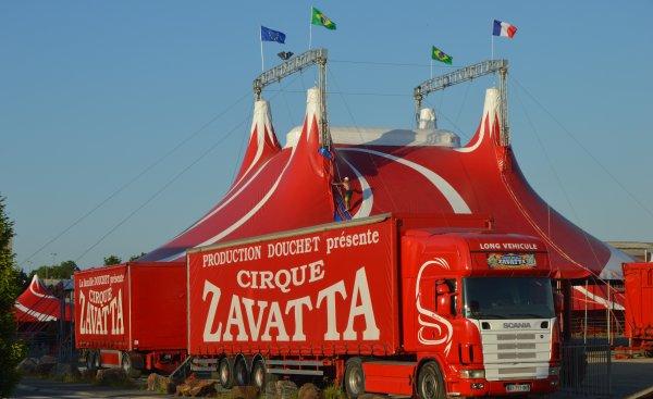 Le cirque Nicolas ZAVATTA de lafamille DOUCHET à CHEMILLE(49). Montage du chapiteau