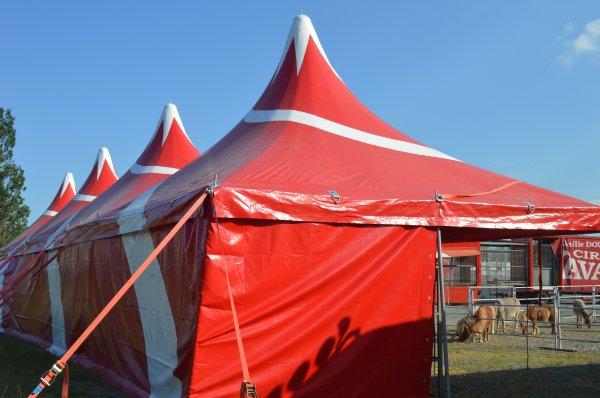 Le cirque Nicolas ZAVATTA de la famille DOUCHET à CHEMILLE(49), les installations de la ménagerie (cage de détente, box chevaux, grand parcs exterrieur..) installé avant le montage du chapiteau.