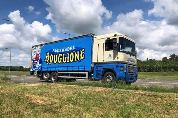 Nouvelle bache sur le porteur du cirque Alexandre BOUGLIONE