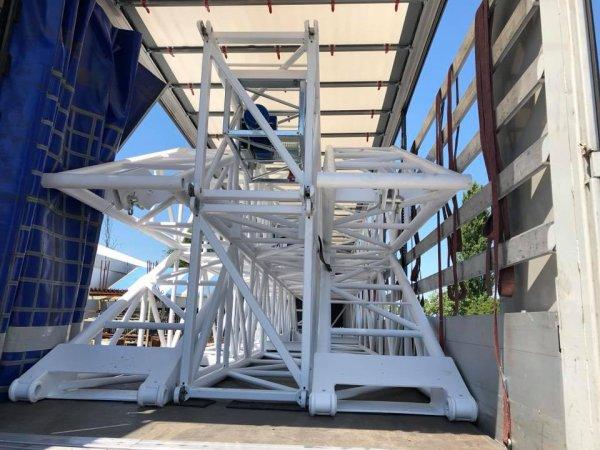 chargement des mats du nouveau chapiteau ARLETTE GRUSS chez le constructeur en italie, se sont pas des mats en arches, mais des mats en pyramide!!!! Photos facebook du constructeur