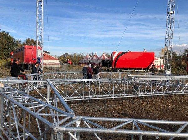 Le nouveau chapiteau du cirque FALCK. Montage de la toile. Photos de Sebastien