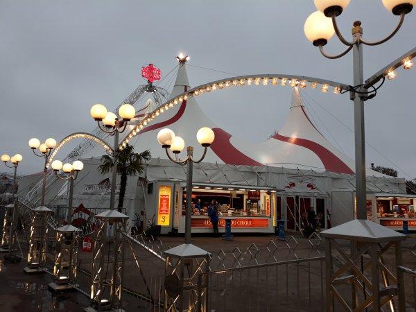 Petit séjour parisien. Le cirque Arlette Gruss. Le chapiteau est jolie mais moins imposant que la cathédrale. Le zoo a fondu comme neige. Avant deux grande tente rectangulaire et quatre plus petites carrée, cette année  c'est une grande rectangle et une carrée  avec les deux ronde (éléphants et piste d'entraînement)  ca reste un grand cirque.