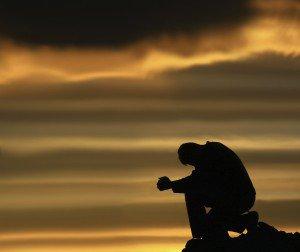 Adieu Nous avons dis adieu à nos rêves d'enfant A nos espoirs brisés et à tous nos tourments Et nous avons fermé la porte du jardin Sur nos mots échangés et sur tous nos chagrins La terrasse esseulée se souvient de nos rêves De toutes nos batailles et aussi de nos trêves Nous aimions tous les deux les roses trémières Pour leur douce majesté et pour leurs tiges altières Tu n'as pas su me dire, je n'ai su t'écouter Nous nous sommes éloignés chacun de son côté Nous nous laissions bercer par le chant du matin Mais j'ai lâché ta main au détour du chemin.