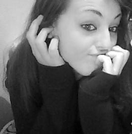 On fais semblant d'être heureux de sourire, pour se sentir mieux, dans le regard des gens, On se déguise, s'idéalise, la perfection qu'on veux...