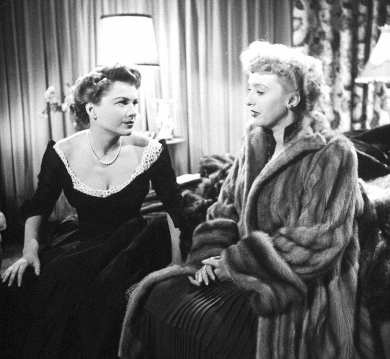 """PREMIERE du film """"All about Eve"""" (Eve) de Joseph L MANKIEWICZ en 1950 avec Bette DAVIS, Anne BAXTER, George SANDERS ou encore Celeste HOLM entre autres, où les stars se pressent, telles Arlène DAHL et Lex BARKER, Debra PAGET, Joan CRAWFORD ou encore Linda DARNELL sous l'oeil du photographe Ed CLARK... Lors de cette Première, toutes les fourrures portées par ces stars (y compris celles portées dans le film) ont été prêtées pour l'occasion  par Al TEITELBAUM alors fourreur à Hollywood."""