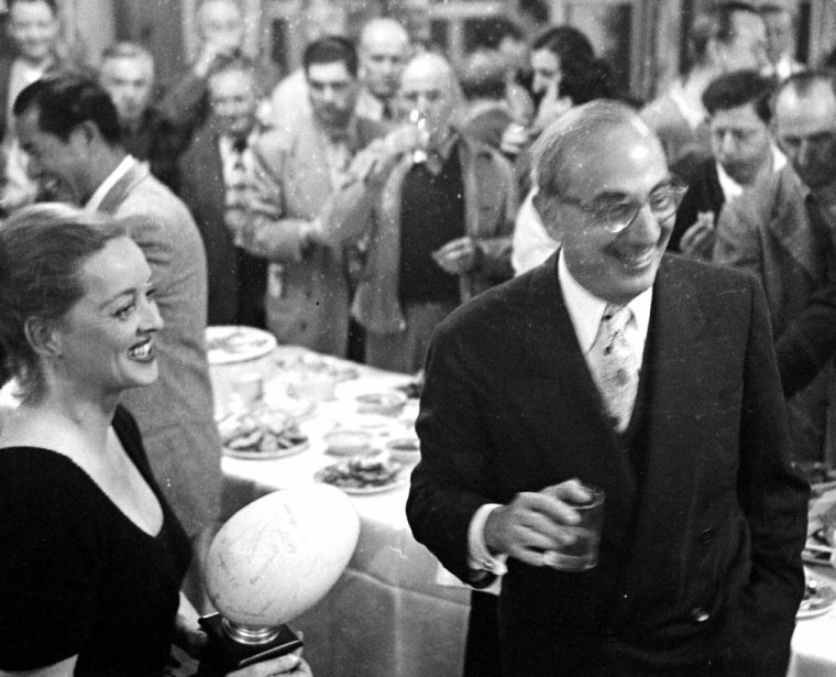 4 Avril 1950, Bette DAVIS fête son anniversaire sous l'oeil de J R EYERMAN.