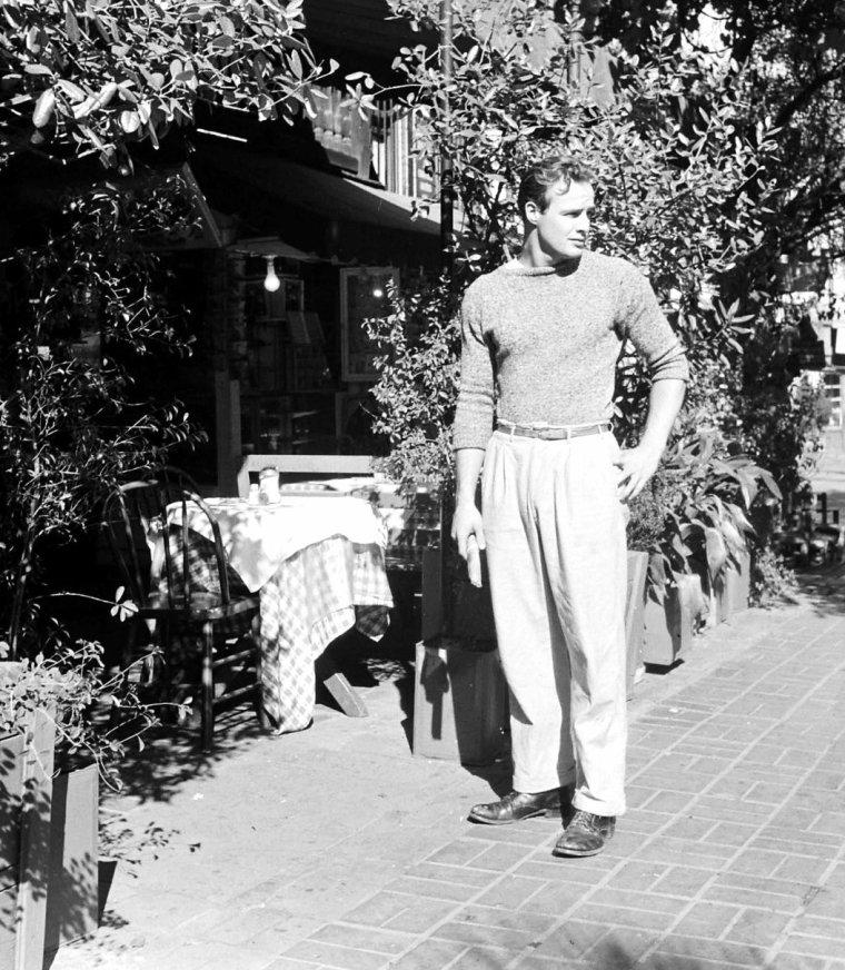 """Marlon BRANDO le 11 Novembre 1949 en tournage du film """"The men"""" (C'étaient des hommes) de Fred ZINNEMANN sous l'oeil d'Ed CLARK."""