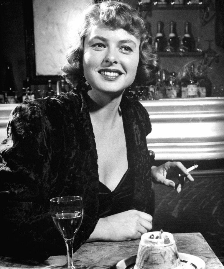 """Ingrid BERGMAN en 1946 fumant une cigarette, en pause lors du tournage du film """"Arch of triumph"""" (Arc de triomphe) de Lewis MILESTONE sous l'oeil du photographe Peter STACKPOLE."""