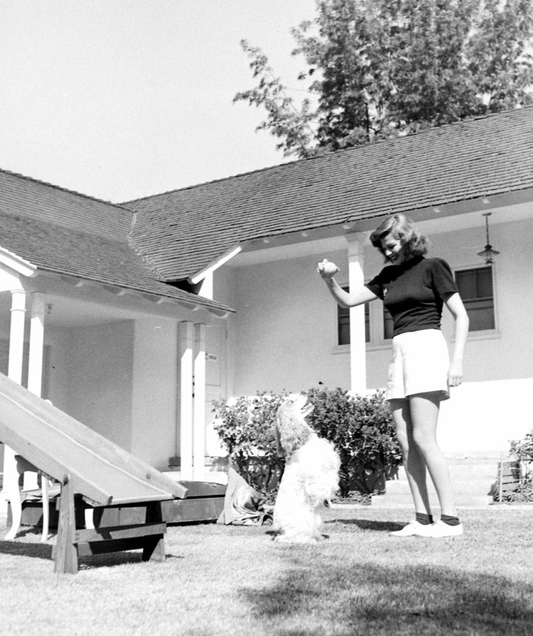 Rita HAYWORTH chez elle en Octobre 1948 photographiée par John FLOREA.