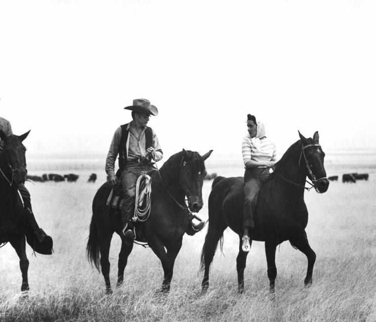 """James DEAN, Elizabeth TAYLOR et Rock HUDSON sur le tournage du film """"Giant"""" (Geant) de George STEVENS en Mai 1956 photographiés par Allan GRANT."""