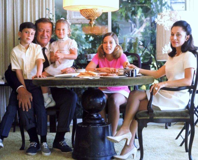 John WAYNE en famille avec ses trois enfants, John-Ethan, Marisa, Aïssa et sa femme Pilar en 1969 sous l'oeil du photographe John DOMINIS.