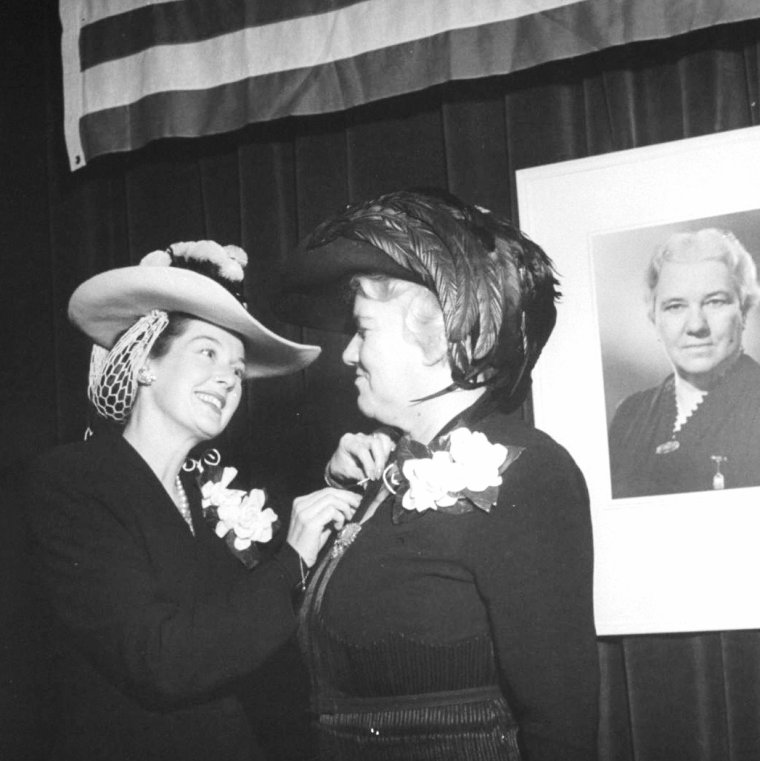 Rosalind RUSSELL en 1943 discutant avec le producteur David HEMPSTEAD ou sa soeur Kinny photographiée par Peter STACKPOLE et John FLOREA.