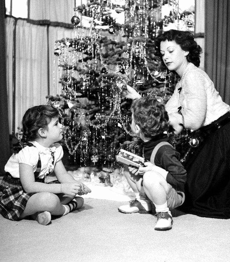 Hedy LAMARR en famille en plein préparatifs de Noël le 12 Décembre 1949 sous l'oeil du photographe Allan GRANT.