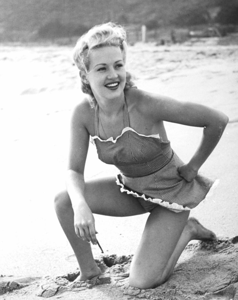 Betty GRABLE sur la plage en 1940 sous l'oeil de Peter STACKPOLE.