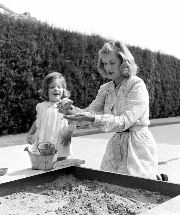 Barbara Bel GEDDES, son mari Carl SCHREUR et leur fille posent pour Peter STACKPOLE en Mai 1947.