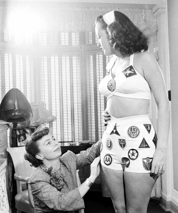 Essayage d'un maillot de bain pour Dorothy LAMOUR en Juin 1947 sous l'oeil d'Allan GRANT.