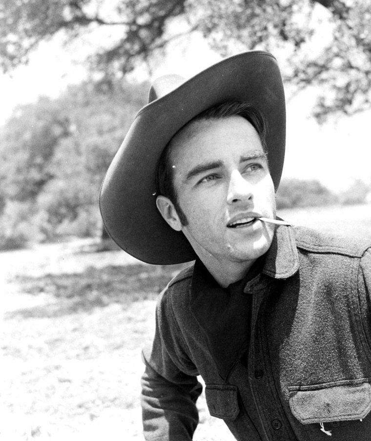 """C'est sous l'objectif d'Allan GRANT que Montgomery CLIFT pose lors du tournage du film """"Red River"""" (La rivière rouge) d'Howard HAWKS, en Août 1948."""