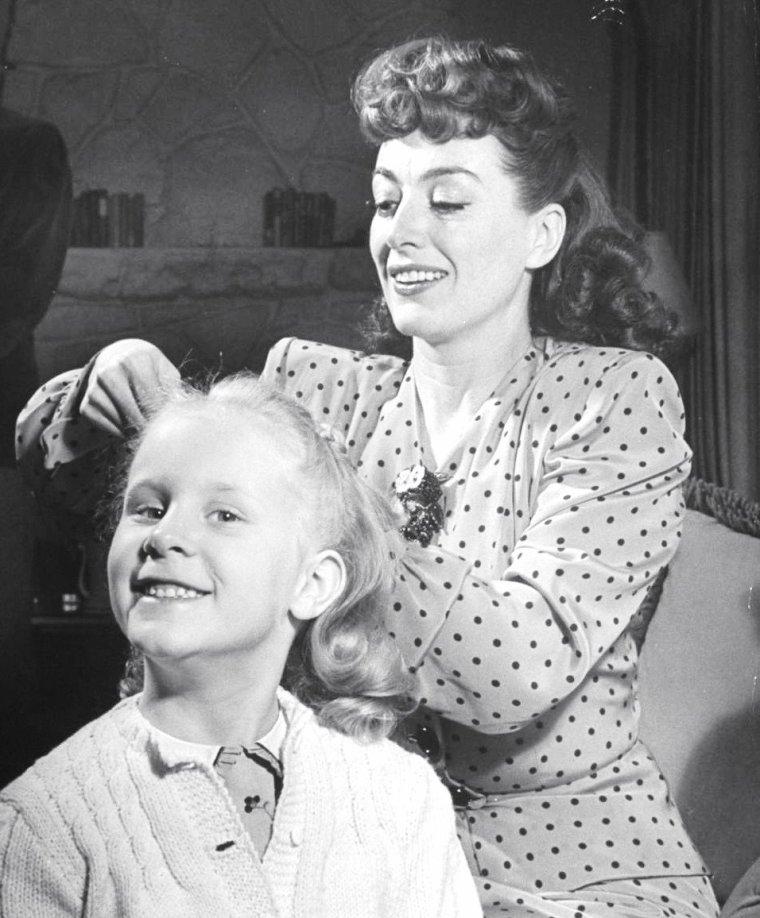 Monterey, U.S.A. 1945, Joan CRAWFORD, son mari Philip TERRY et leurs enfants adoptés sont photographiés par Peter STACKPOLE.