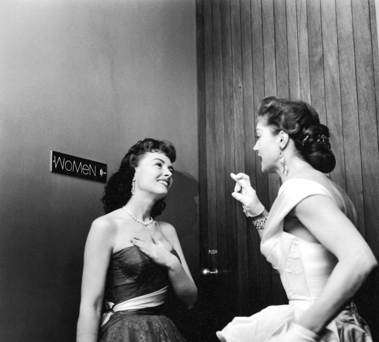 Le 25 Mars 1954 a lieu la 26ème cérémonie des Academy Awards (Oscars) : on pourra y voir entre autres, Grace KELLY et Clark GABLE, Donna REED et Esther WILLIAMS, Tyrone POWER et sa femme Linda CHRISTIAN ou encore Kirk DOUGLAS... Les photos sont signées Ed CLARK.