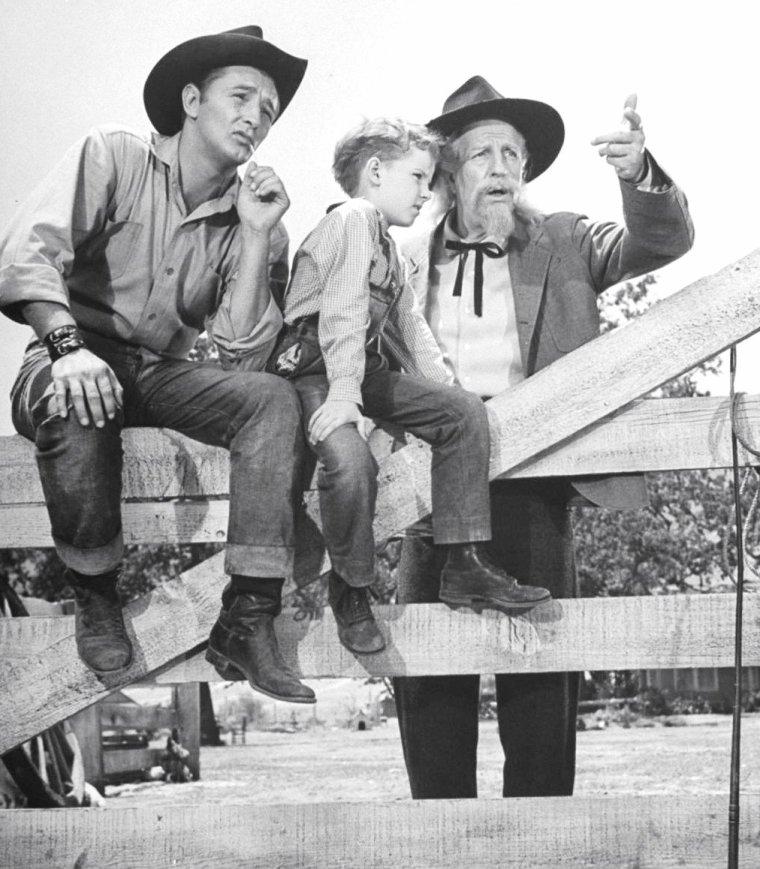 """Robert MITCHUM, Louis CALHERN et le jeune Peter MILES en 1947 sur le tournage du film """"The red pony"""" (Le poney rouge) de Lewis MILESTONE (film sorti en 1949) sous l'oeil du photographe Loomis DEAN."""