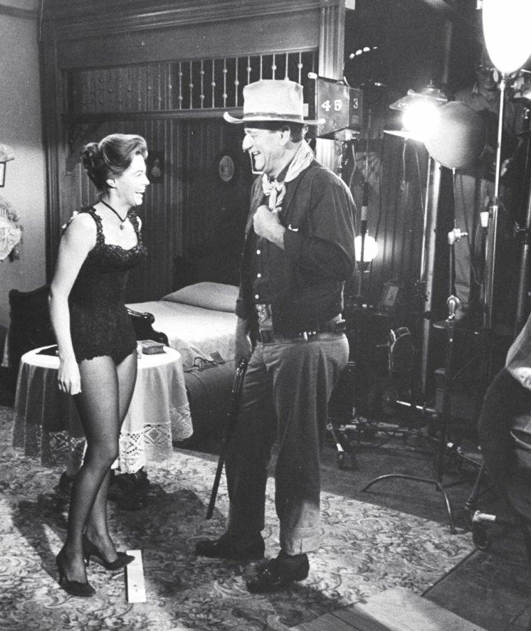 """Quand Howard HAWKS dirige les acteurs John WAYNE, Angie DICKINSON sur le tournage du film """"Rio Bravo"""" en 1958 sous l'oeil d'Allan GRANT."""